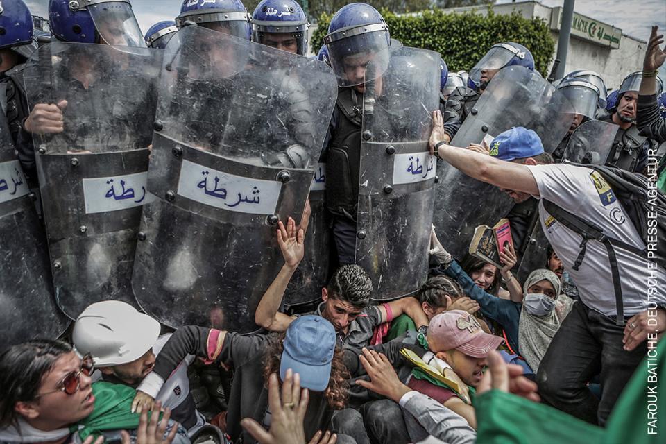 Los estudiantes se pelean con la policía antidisturbios en Argel,
