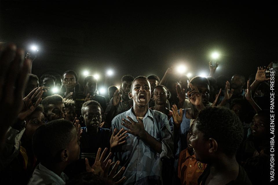 Manifestantes en Sudán iluminados por teléfonos móviles