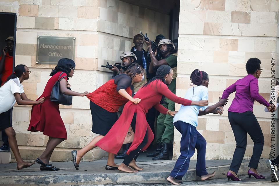 mujeres evacuadas tras ataque terrorista