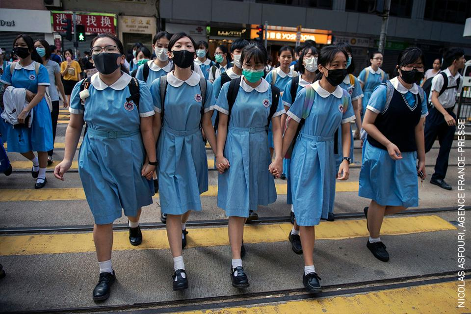 Estudiantes en Hong Kong después de participar en un mitin de cadena humana,