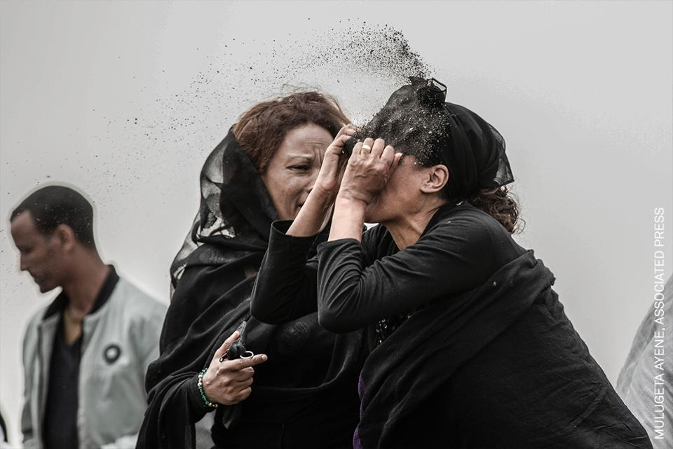 Un pariente de una víctima del accidente aéreo de Ethiopian Airlines le arroja tierra en la cara