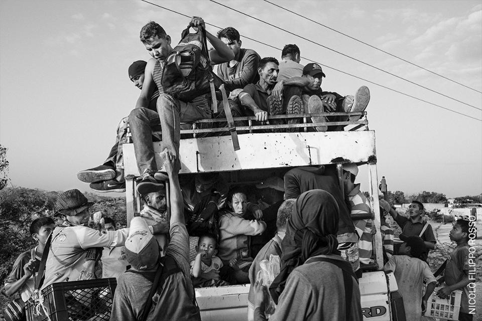 Migrantes venezolanos abandonan el país.