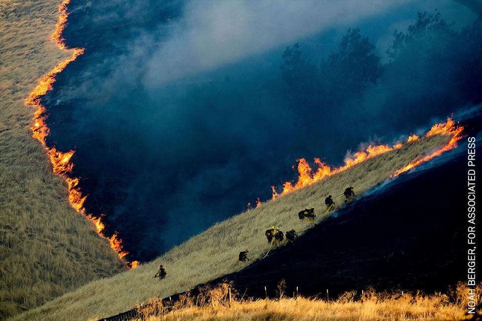 Bomberos luchando contra incendios de California