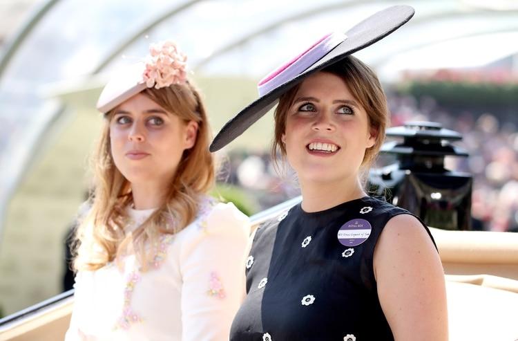 Beatriz, de 31 años, y su hermana Eugenia, de 29, son hijas del príncipe Andrés y Sarah Ferguson, que se separaron en 1992, y se divorciaron definitivamente en 1996. Viven en el Palacio de St. James