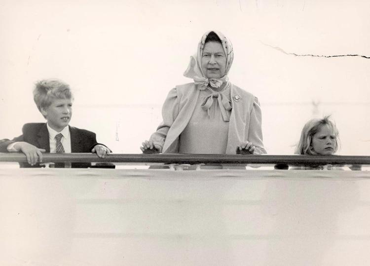 Agosto, 1986 . La reina Isabel II con sus nietos Zara y Peter Phillips en su palacio de Balmoral, Escocia