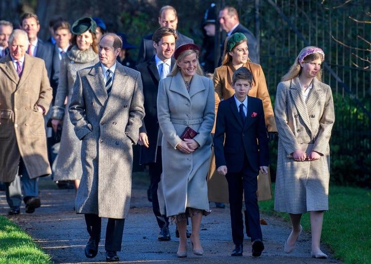 El príncipe Eduardo con Sophie d Wessex y sus hijos James y Louise en diciembre de 2019 (Shutterstock)
