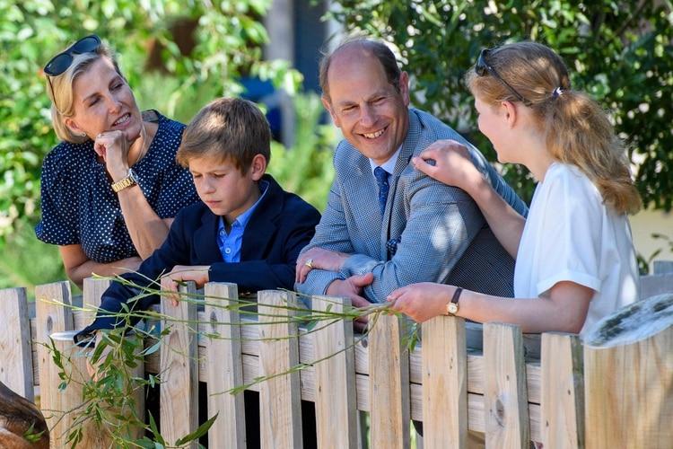 Los condes de Sussex con sus dos hijos durante un paseo fuera de protocolo