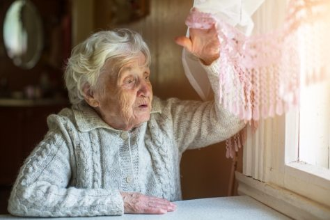 Es importante estar atentos a las personas de la tercera edad que están solos durante esta pandemia (Shutterstock)