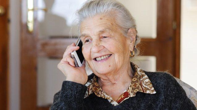 Las personas mayores que necesiten asistencia durante el aislamiento preventivo lo pueden pedir a través de la linea 147. (Shutterstock)