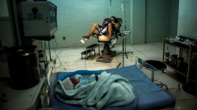 Ninoska Torres, de 23 años, después de dar a luz a su hija, Lisandry, en un hospital administrado por el gobierno en La Victoria, Venezuela. (Meridith Kohut / The New York Times)
