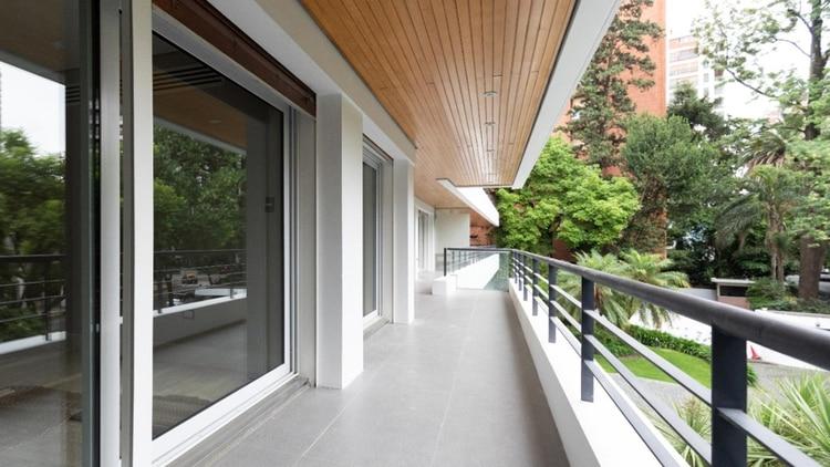 Los balcones tienen dimensiones cada vez mayores porque pasaron a ser un espacio más del hogar que se puede disfrutar todo el año. (Foto: Hermanos Goldenberg)