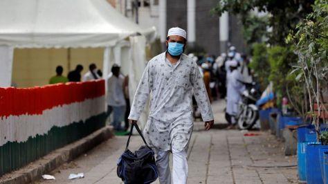 Un hombre camina por una calle de Nueva Delhi.