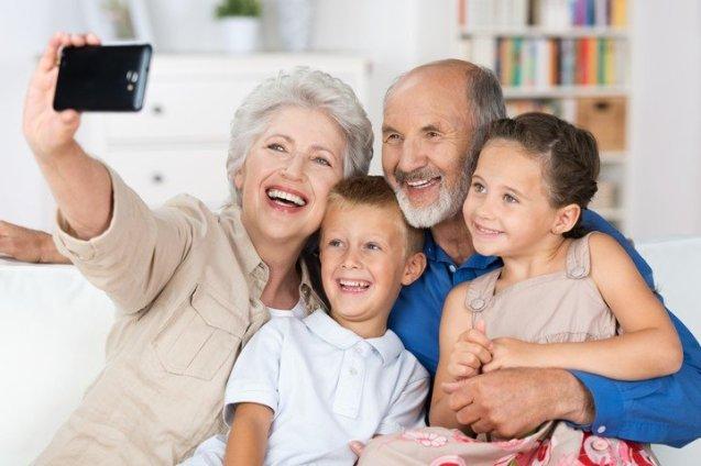 ¿Cómo manejar la (sobre)exposición de sus hijos en redes sociales por familiares, amigos u otras personas cercanas a los niños? Foto: Shutterstock.