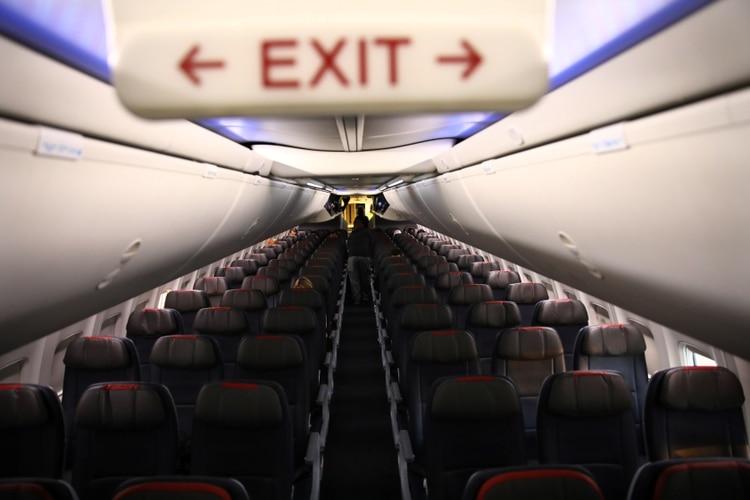 Filas de asientos vacíos de un vuelo de American Airline por la pandemia de COVID-19 (Reuters)
