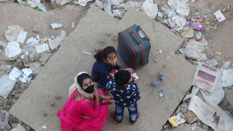 Una familia, en uno de los barrios más deteriorados de Nueva Delhi