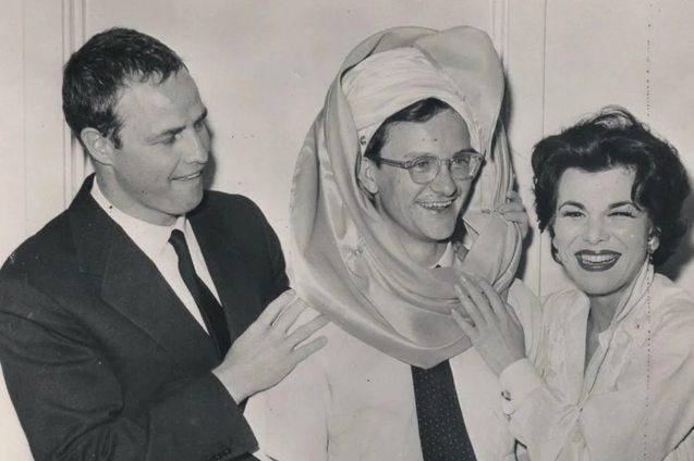 Wally Cox, entre Marlon Brando y Eileen Barton, en Las Vegas, en 1955
