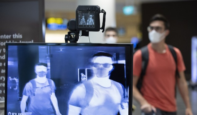 Los viajeros son examinados para detectar fiebre en la sala de llegadas de la Terminal Uno del Aeropuerto de Changi en Singapur.  Foto: EPA