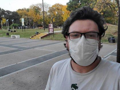 Pablo Levinton está en la casa de sus padres en Remedios de Escalada, pero necesita regresar a China donde trabaja desde hace tres años como economista