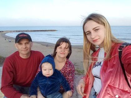 Oleksand (49), Olga (44), Anastasia (18) y Maximo (2).