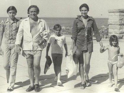 Tato y Berta junto a sus tres hijos: Alejandro, Sebastián y Marina