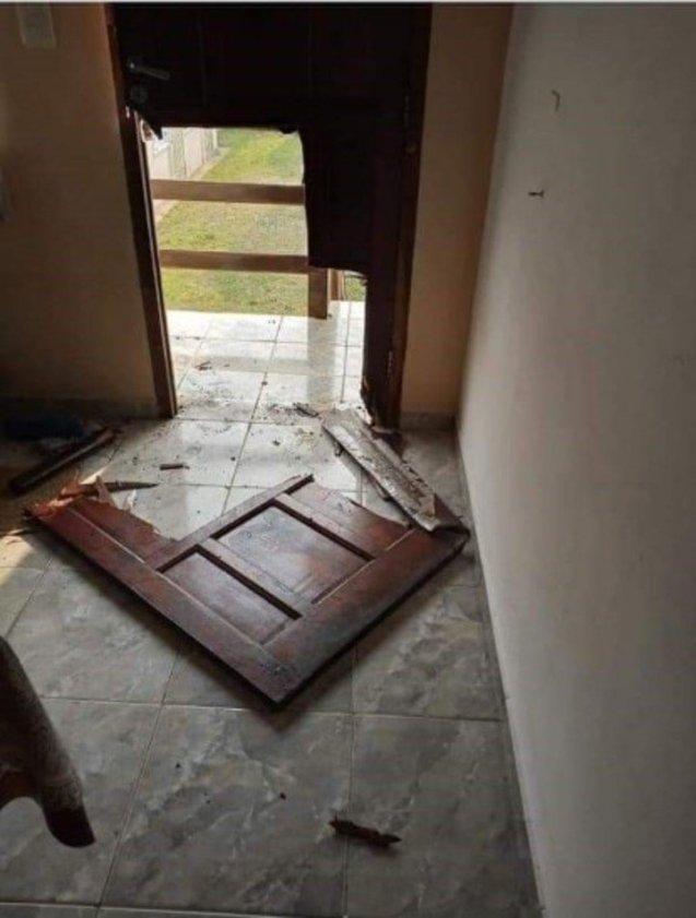 La puerta destruida de una casa saqueada en la Costa durante la cuarentena. La foto fue subida a las redes por sus dueños, que denuncian que los permiten ir a verlas.
