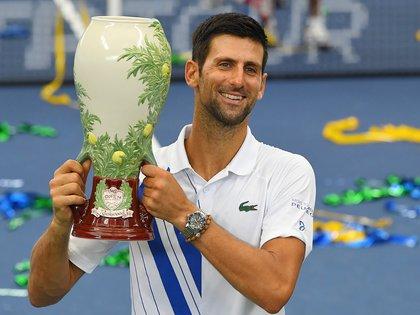 29 de agosto de 2020; Flushing Meadows, Nueva York, Estados Unidos; El campeón masculino Novak Djokovic (SRB) posa con el trofeo luego de su victoria sobre Milos Raonic (CAN) (Robert Deutsch-USA TODAY Sports)
