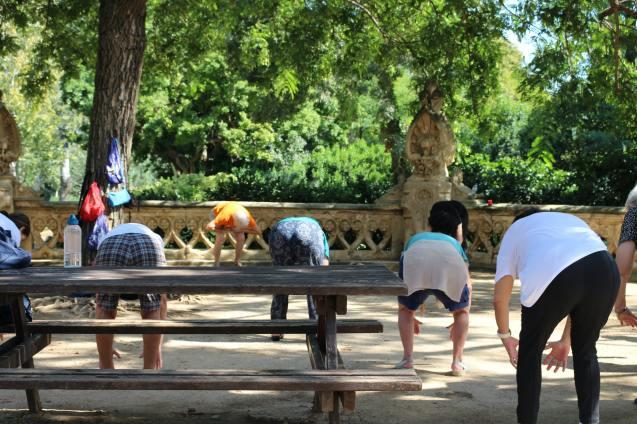 Mayores haciendo ejercicio en un parque de Barcelona.