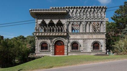 El palacio Augusto se encuentra en Pinamar a tres cuadras de la playa (Diego Medina)