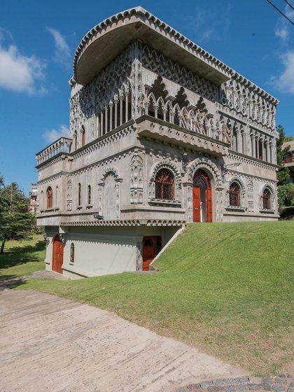 La fachada principal posee una extraordinaria decoración escultórica y una sucesión de arquerías para admirar