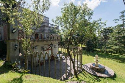 Infobae tuve acceso al palacio gótico, una mirada desde la parte posterior donde se ve el jardín de invierno y una hermosa fuente