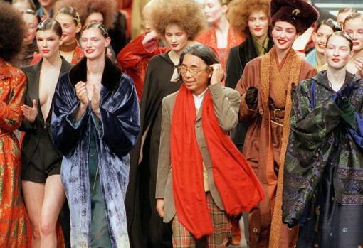 Kenzo durante la presentación de su colección otoño-invierno 1999, la última que diseñó antes de su retiro