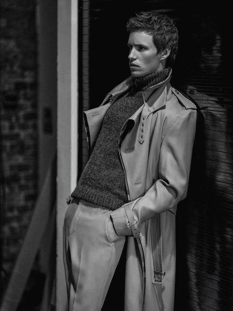 el actor eddie redmayne, protagonista de la película el juicio a los 7 de chicago en netflix, posa para la revista esquire españa con jersey de ami y gabardina y pantalón de burberry