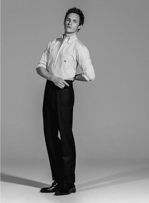 el actor eddie redmayne, protagonista de la película el juicio a los 7 de chicago en netflix, posa para la revista esquire españa con camisa de etro, pantalón de prada y zapatos de boss