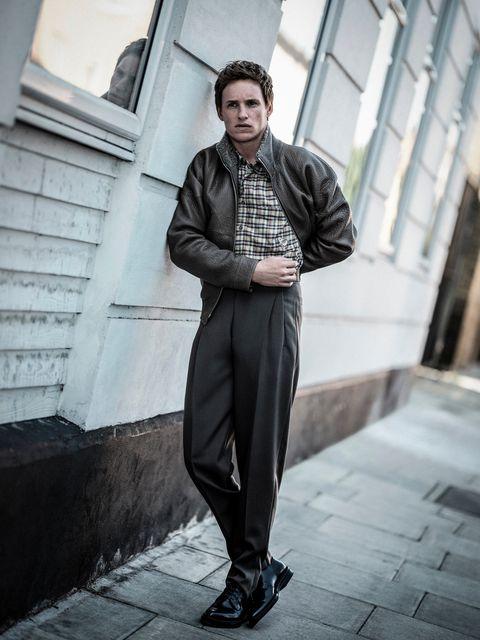el actor eddie redmayne, protagonista de la película el juicio a los 7 de chicago en netflix, posa para la revista esquire españa con camisa de gucci, cazadora y pantalón de ermenegildo zegna couture y zapatos de boss