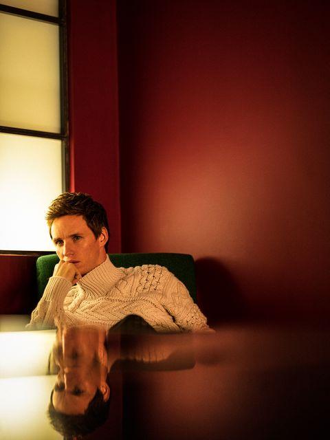 el actor eddie redmayne, protagonista de la película el juicio a los 7 de chicago en netflix, posa para la revista esquire españa con jersey de dior man y pantalón de prada