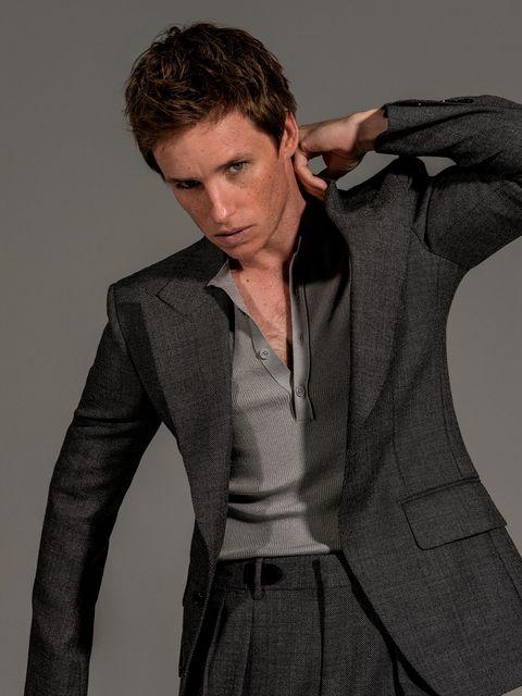 el actor eddie redmayne, protagonista de la película el juicio a los 7 de chicago en netflix, posa para la revista esquire españa con jersey y traje de tom ford