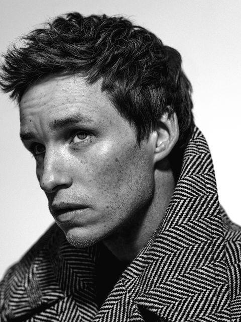 el actor eddie redmayne, protagonista de la película el juicio a los 7 de chicago en netflix, posa con un abrigo de emporio armani en la revista esquire españa