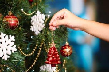 Diferentes adornos son los que se colocan en los árboles de Navidad para decorar (Shutterstock)