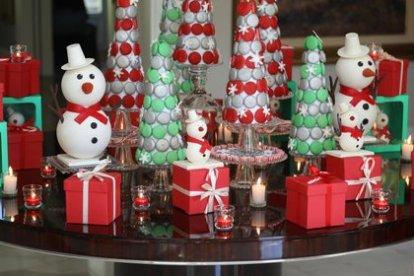 Una mesa de candy ambientada en Navidad by Marisa Tenguerian con macarons en forma de pinos
