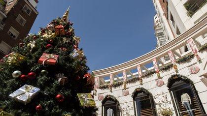 El árbol de Navidad que armaron en la Galería del Ángel en Belgrano en 2019 (Adrián Escandar)