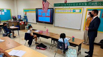 Si se reporta un alumno o maestro enfermo, se pone en cuarentena a toda la clases. Pero los casos han sido pocos.