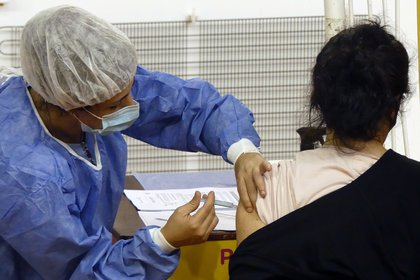 Argentina comenzó el 29 de diciembre su plan de inmunización contra la COVID-19 con la vacuna rusa Sputnik V (Foto: EFE)