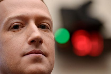 FOTO DE ARCHIVO: El presidente y CEO de Facebook, Mark Zuckerberg, testifica en una audiencia del Comité de Servicios Financieros de la Cámara de Representantes en Washington, EEUU, el 23 de octubre de 2019. REUTERS/Erin Scott