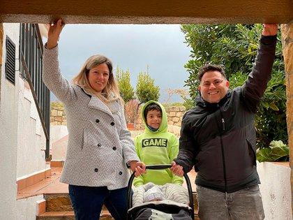 Ricardo Luengo junto a su esposa Mercedes y dos de sus hijos. Viven en  Alcobendas, a unos 24 kilómetros de Madrid, donde montaron la peluquería