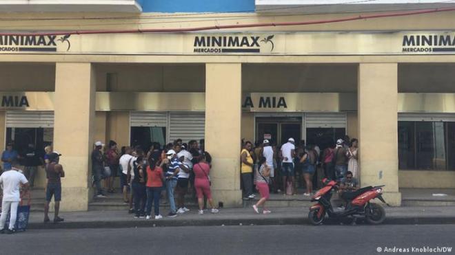 Un grupo de cubanos esperando en fila en un supermercado en La Habana.