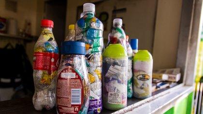 Las botellas de amor, una vez completas, se llevan a los puntos de acopio y son transformadas en madera plástica