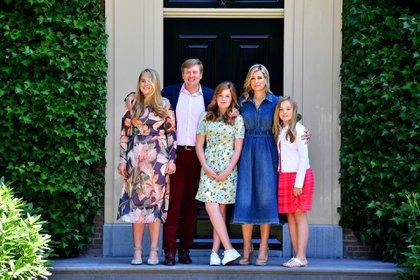 La Familia Real de Holanda, la princesa Amalia, el rey Guillermo-Alejandro, la princesa Alexia, la reina Máxima y la princesa Ariana posan durante un pase fotográfico en Wassenaar en 2018 (EFE)
