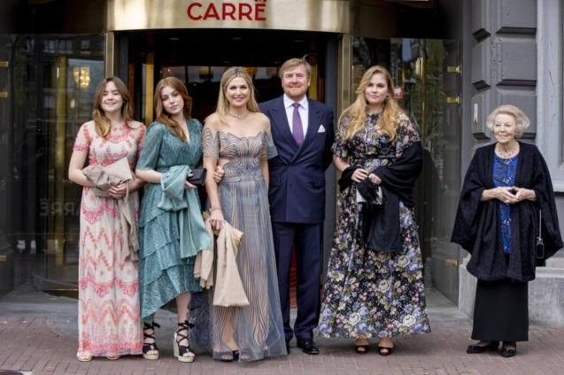 Las princesas Ariane y Alexia (hijas menor y mediana de los reyes), Máxima y Alejandro, la heredera Amelia y la reina emérita Beatriz.