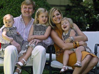 Guillermo Alejandro, Máxima Zorreguieta y las tres princesitas: Amalia, Alexia y Ariane (AFP)