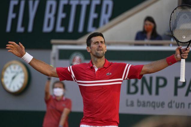 Djokovic celebra un punto ganado en la final de Roland Garros 2021 ante Stefanos Tsitsipas